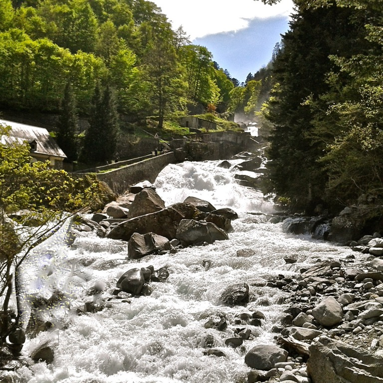 Sur la route entre Cauterets et le Pont d'Espagne, une série de cascades spectaculaires.