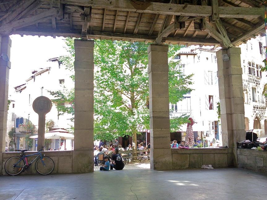La halle et la jolie place de Saint-Antonin