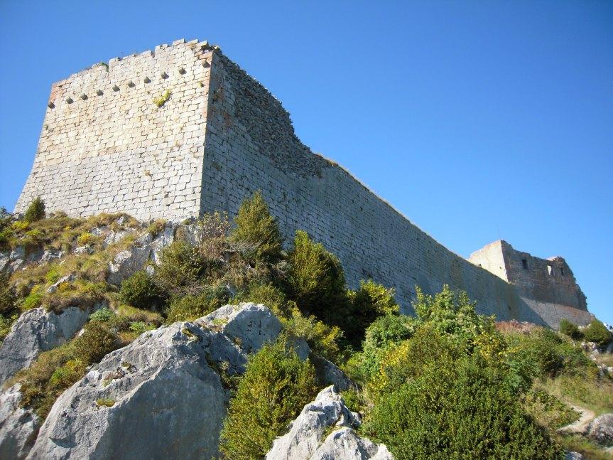 Montségur, un château aux épaisses murailles