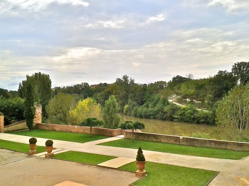 Coup d'oeil aux jardins de l'abbaye qui surplombent le Tarn