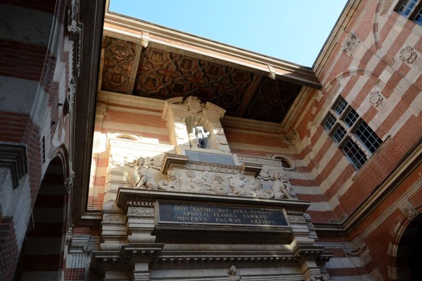 La cour intérieure du Capitole. Dotée en 1444 du 1er parlement de province, Toulouse vit coexister 2 pouvoirs : d'un côté la justice royale représentée par le officiers du Parlement et de l'autre, la justice municipale incarnée par les puissants Capitouls.
