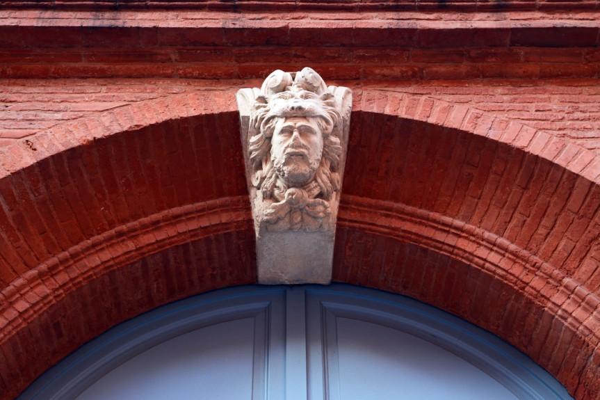 Au-dessus du porche de l'hôtel Duranti, une tête d'homme dans une gueule de lion. Presque prémonitoire quand ont connaît le sort de Duranti.