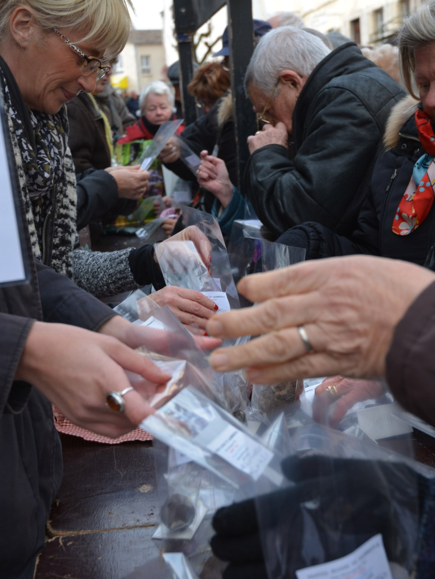 Au marché de détail, les truffes sont proposées en petite quantité, mais on peut repartir avec un beau trophée.