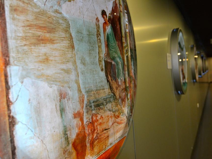 Avant le hall d'exposition, des fresques et images évoquant le désir éternel de voler.