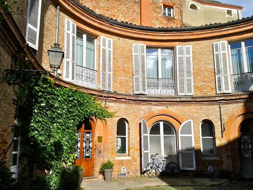 Chartreuse dans une cour intérieure - Rue des Arts.
