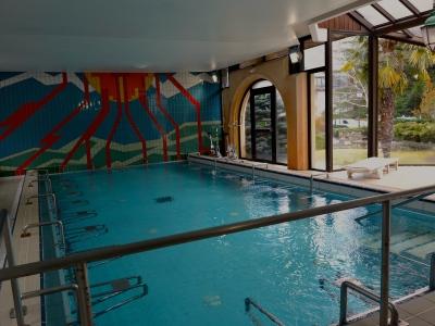 La piscine thermale, avec une eau naturellement chaude et soufrée, captée sur place à 1 200 m de profondeur !