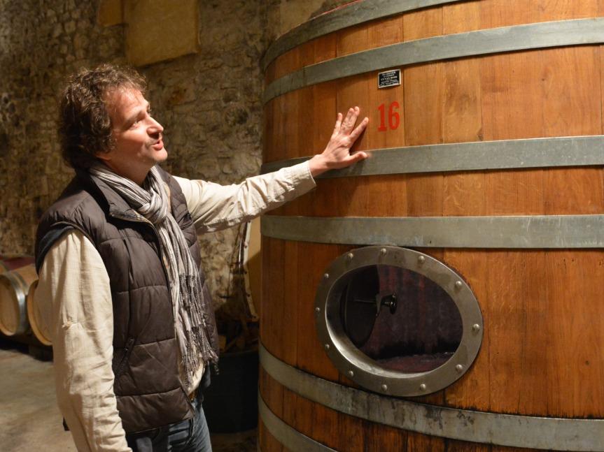 Au Château Chambert, Philippe Lejeune raconte l'histoire de son foudre de chêne favori, où sont élevés ses grands crus.