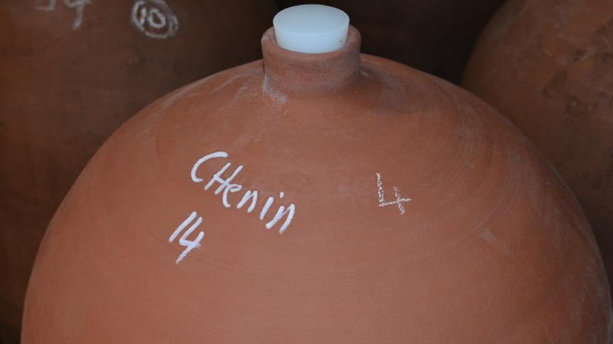 Au Clos Troteliogotte, les vins haut de gamme comme le K2 (en référence au sommet de l'Himalaya) sont élevés en jarres de terre cuite de Castelnaudary faites à la main. La forme ovoïde de la jarre permet à l'air d circuler, sans les apports en tanin du bois.