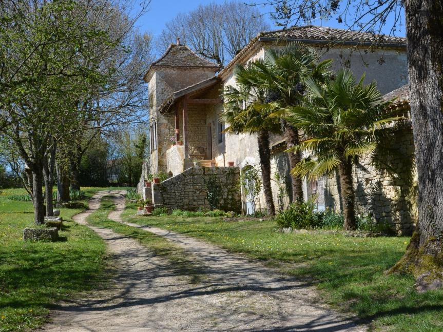 Belle maison lotoise sur la route entre Sauzet et Anglars-Juillac, en descendant du plateau vers la vallée du Lot.