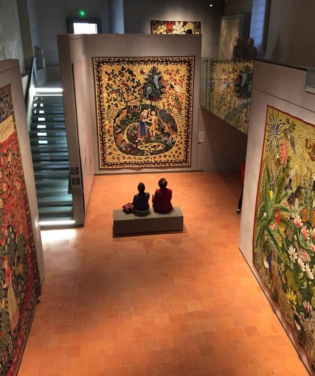 Sur 2 niveaux, la salle des grands formats permet de multiplier les points de vue sur des tapisseries monumentales.