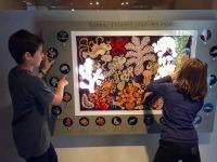 """L'univers coloré de l'eouvre de Dom Robert parle aux enfants. Ici, """"Le jardin des sirènes"""" en mode interactif."""