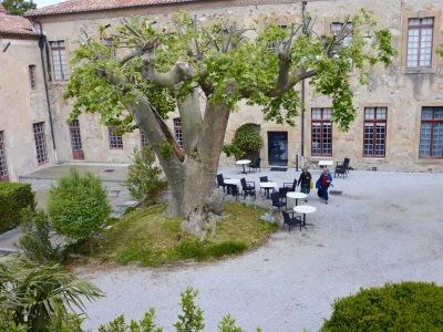 Depuis les fenêtres du musée, vue sur l'abbaye, son hôtel, son parc, la Montagne Noire.