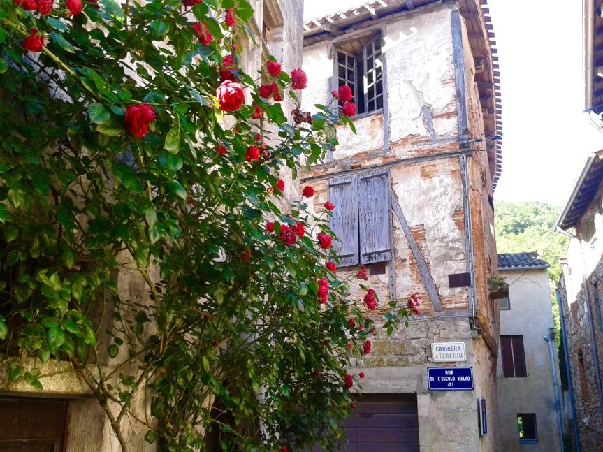 Dans les ruelles de Saint-Antonin, une belle unité architecturale héritée du Moyen-Age.
