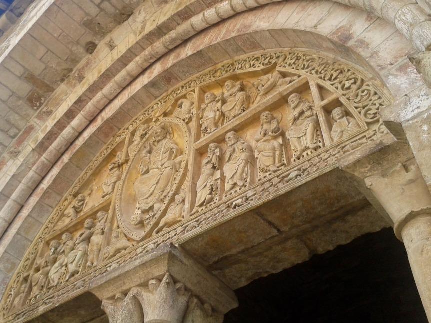 Le tympan sculpté de l'abbatiale de Carennac.