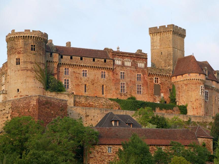 Le château de Castelnau-Bretenoux, restauré en partie par le ténor Jean Mouliérat au début du XXème siècle.