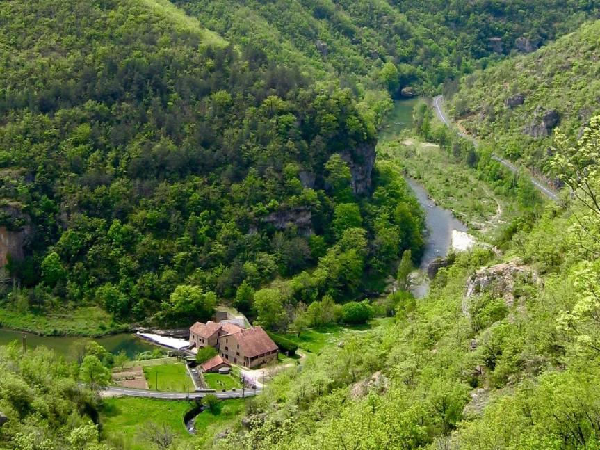 En contrebas du Causse Noir, les gorges de la Dourbie. A découvrir absolument : leurs petits villages et églises romanes.