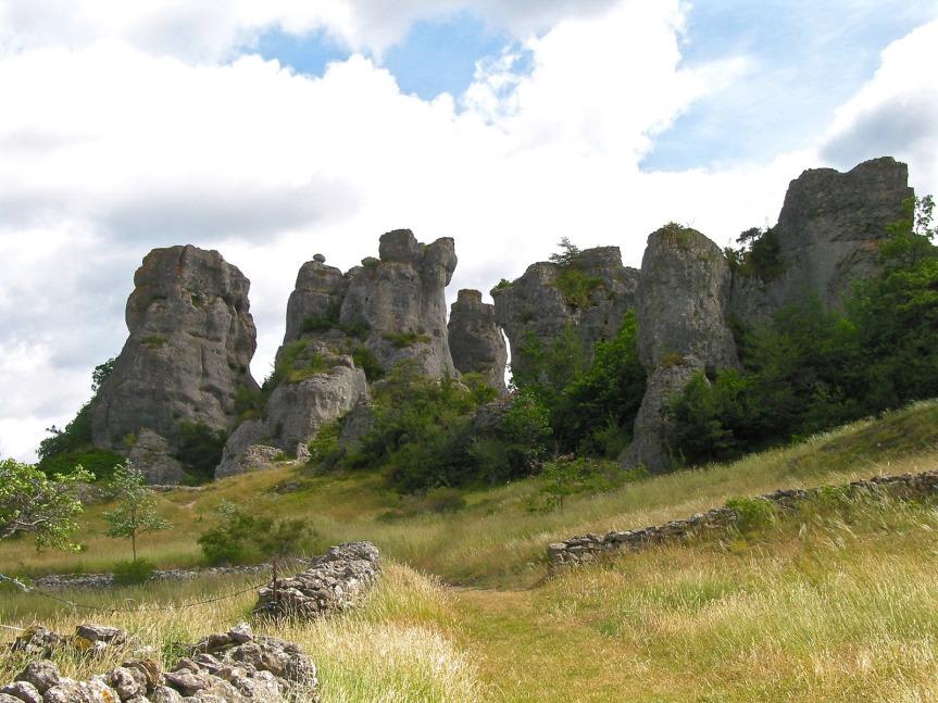 D'une hauteur de 45 m environ, les impressionnants rochers ruiniformes de Roquesaltes.