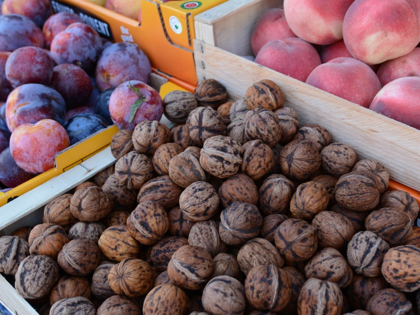 Marché St-Cyprien : noix de Dordogne et fruits du Tarn-et-Garonne ...