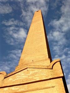 L'obélisque de Joliment. La brique se prête à toutes les prouesses architecturales.