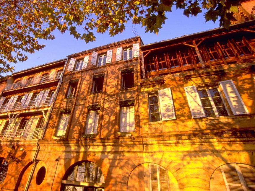 Toulouse et ses quais de Garonne où la brique boit le soleil.