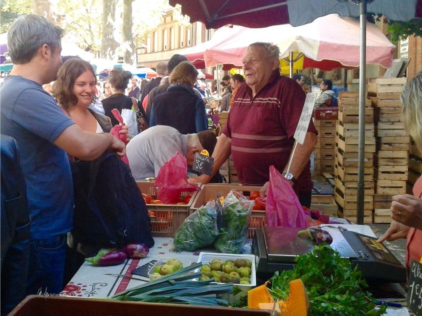 Marché Saint-Aubin. Le rendez-vous du bio, des légumes du jardin, des producteurs venus de la campagne voisine.