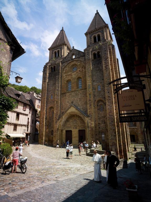 Conques, grand site de Midi-Pyrénées, est aussi une étape majeure sur les chemins de St-Jacques de Compostelle (voie du Puy).