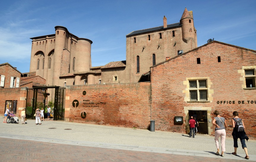 Devant le musée Toulouse-Lautrec et le Palais de la Berbie.