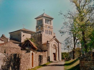 L'église d'Aujols, petit village du Parc Naturel Régional des Causses du Quercy.