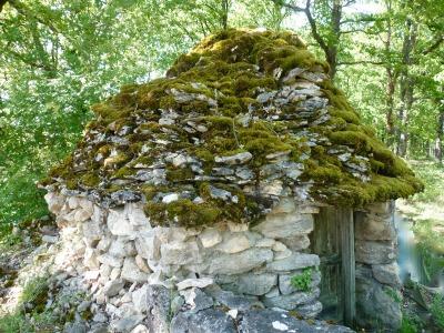Les caselles, bâties en pierre sèche sans mortier, servaient souvent de cabanes à outils.